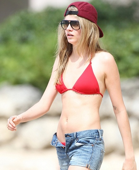 00_30_12_cara-delevingne-red-hot-bikini-in-barbados-1
